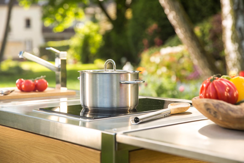 Die mobile Outdoor-Küche Neoculina in Eiche im Garten