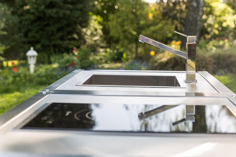 Detailaufnahme der Spüle Blanco von der mobilen Outdoor Küche Neoculina